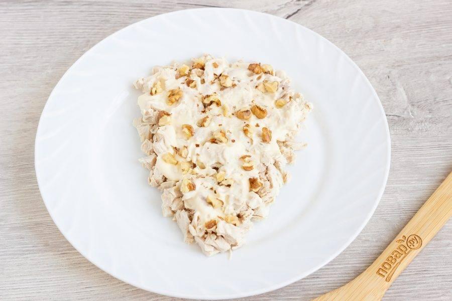 Второй слой - кусочки грецких орехов. Можете добавить больше или меньше - на свой вкус.