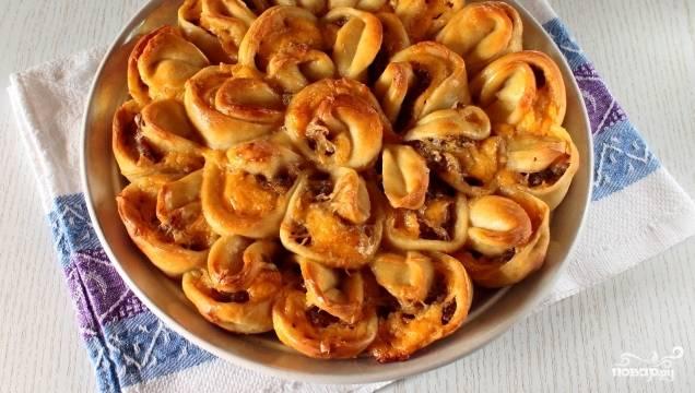 5. Затем слегка взбейте желток с молоком и смажьте верхушку пирога. Поставьте для выпекания в духовку на 35-40 минут при температуре  180 С. Готовый пирог достаньте из духовки и немного его остудите. Подавайте к столу, не нарезая. Каждый «лепесток» замечательно отламывается. Приятного аппетита.