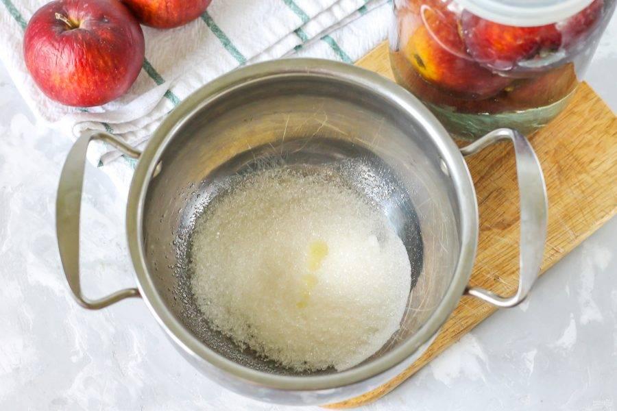 Всыпьте в кастрюлю сахар и влейте лимонный сок. Можно использовать пару щепоток лимонной кислоты, если лимона у вас нет в наличии. Перелейте жидкость из банки в кастрюлю, а кастрюлю поместите на плиту и доведите ее содержимое до кипения.