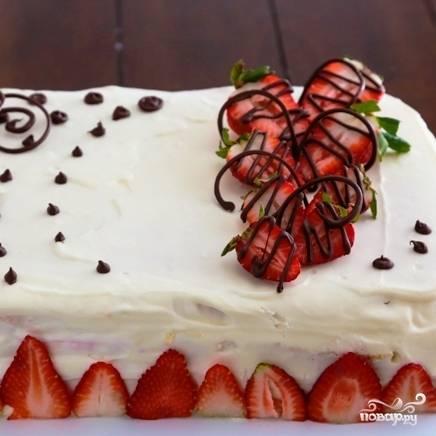 Остается только украсить торт свежей клубникой, а также шоколадом или шоколадной глазурью. Затем отправляем торт в холодильник для застывания и пропитки хотя бы на несколько часов, после чего торт можно подавать.