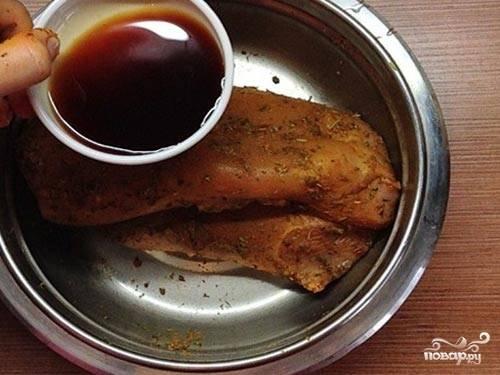 2.Используем любые травы и специи по вкусу, добавляем их в миску к мясу, натираем филе со всех сторон. Вливаем соевый соус, чтобы он попал на все мясо.