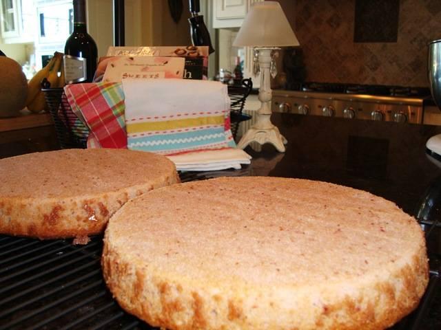 Тесто делим на две равные части, заливаем в формы и выпикаем в духовке около 30-40 минут при температуре 170 градусов. Готовность коржей проверяйте зубочисткой.
