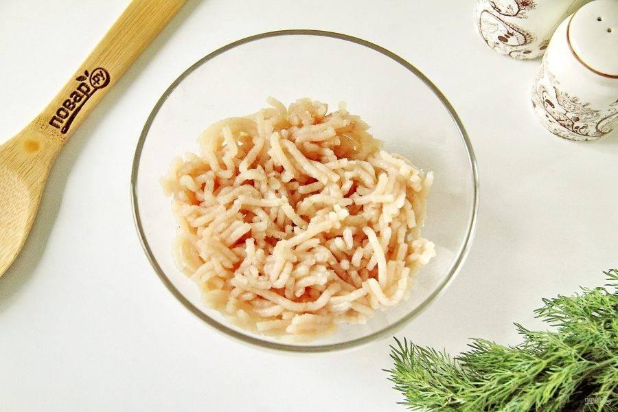Щуку разделайте на филе и 2-3 раза пропустите через мясорубку с мелкой решеткой.