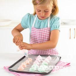 Перемешать лопаточкой безе и краситель. Заправить безе в кондитерский мешочек. Выдавить порции безе на противень.