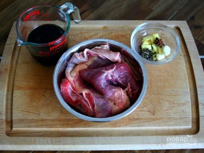 1. Вымойте и обсушите мясо, очистите чеснок и имбирь, подготовьте остальные специи. В кастрюле с толстым дном или сковороде с высокими бортами чуть растопите сахар, чтобы он карамелизировался.