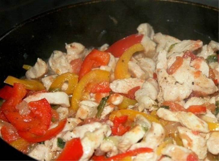 И добавьте порезанные помидоры и болгарский перец. Перемешайте, жарьте еще 3-4 минуты.
