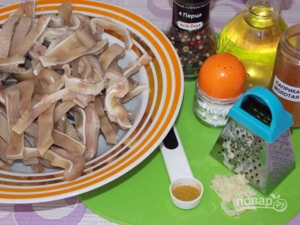 3.Переложите ушки в тарелку и добавьте понемногу все специи, что добавляли во время варки, а также измельченный на терке зубчик чеснока, оливковое масло, хорошенько все перемешайте.