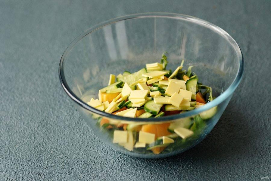 Сыр нарежьте кубиками.