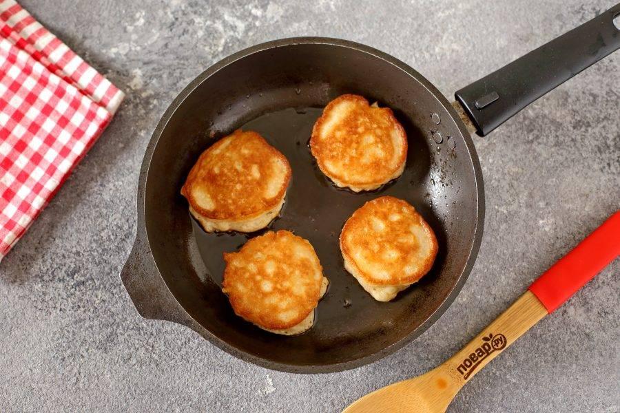 В разогретую сковороду с маслом, выкладывайте тесто при помощи столовой ложки. Жарьте оладьи на среднем огне с двух сторон до готовности.