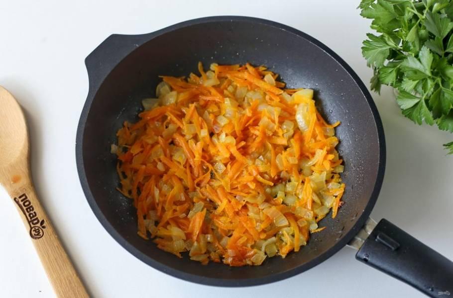 Лук и морковь обжарьте в сковороде и тоже отправьте в кастрюлю. Варите все до полной готовности всех ингредиентов.