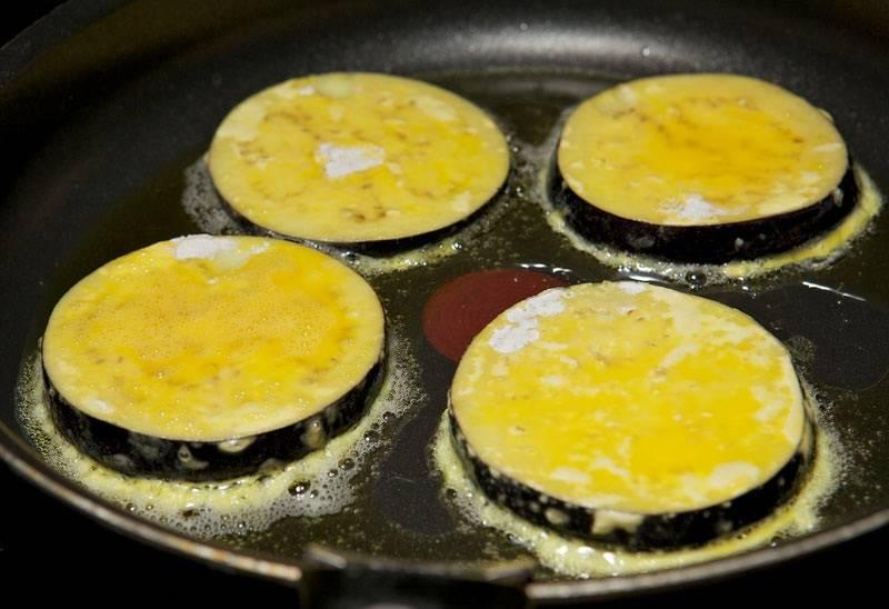 6. И выложить их на разогретую сковороду с растительным маслом.
