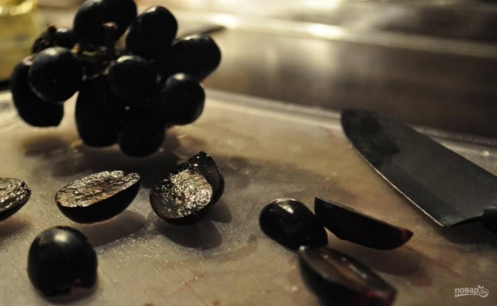 4. Виноград мою и отделяю ягоды от веточки, каждую разрезаю на 2 части.