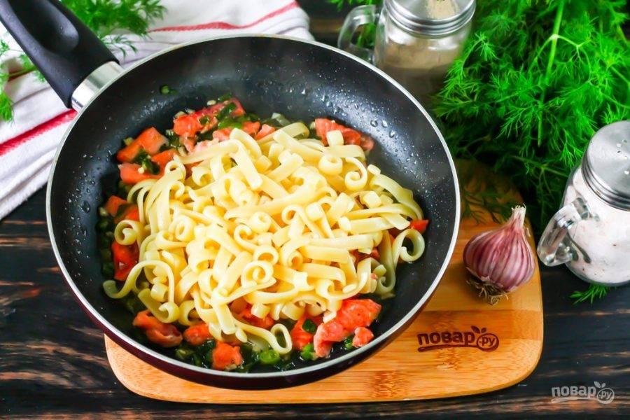 К этому времени паста уже будет готова - переместите ее шумовкой из бульона на сковороду, отряхивая от лишней жидкости. Перемешайте содержимое сковороды и протомите около 1-2 минут, чтобы паста пропиталась ароматами соуса.