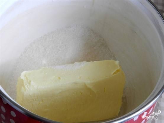 1. Кусочком масла смажьте чашу мультиварки, остальное соедините с сахаром.