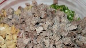 Добавьте порезанное кусочками отварное мясо.