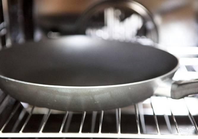 3. Разогрейте духовку до 260 градусов. Прогрейте в духовке сковороду.