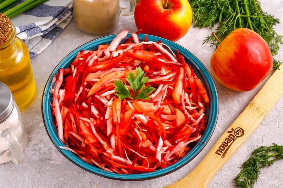 Выложите салат в тарелку или на блюдо, сразу же подайте к столу, украсив свежей зеленью.