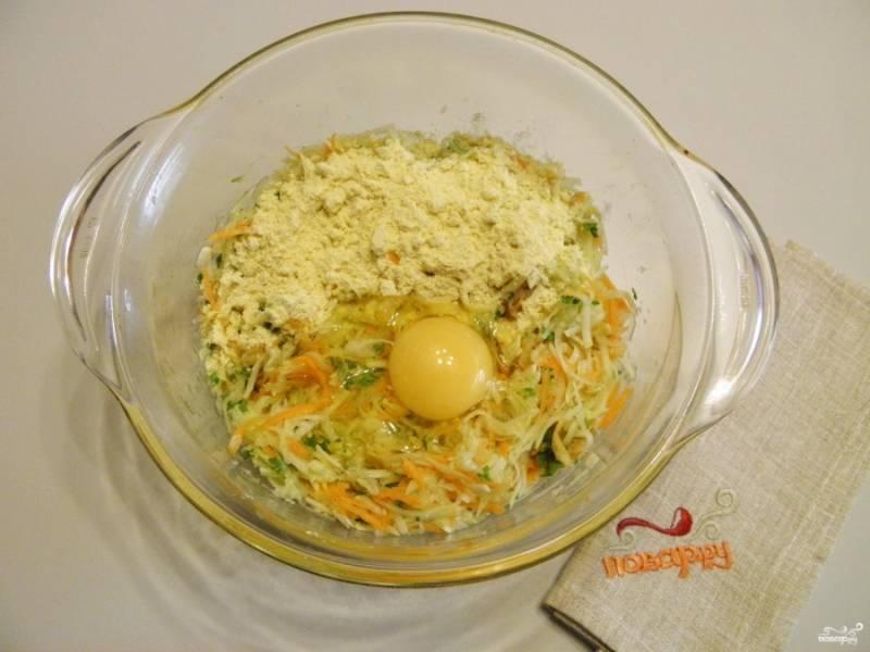 4. Добавьте сырое яйцо и муку. Перемешайте тщательно, чтобы не образовались мучные комочки.