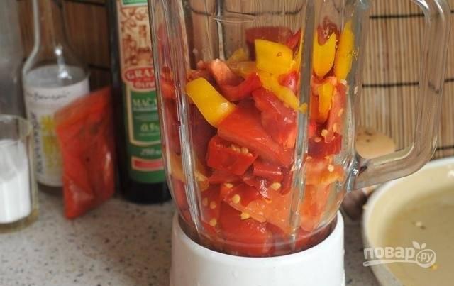 2.Переложите перцы и томаты в блендер.