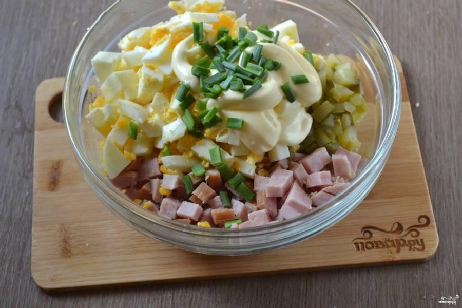 Смешайте все ингредиенты, добавьте майонез и мелко порубленный зеленый лук. Хорошо перемешайте салат. Вот и все, салат готов!
