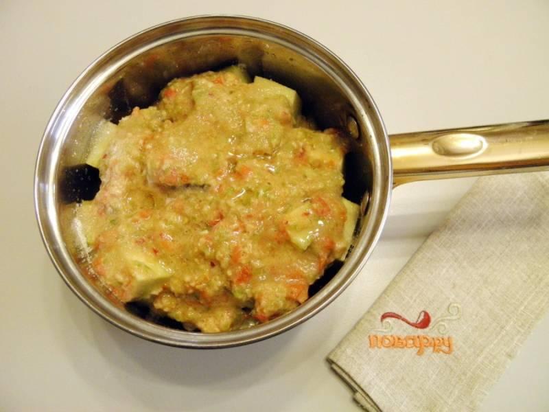 5. Добавьте овощную заливку к баклажанам, а также соль, сахар, уксус и масло растительное. Доведите до кипения и варите овощи под крышкой 20 минут.