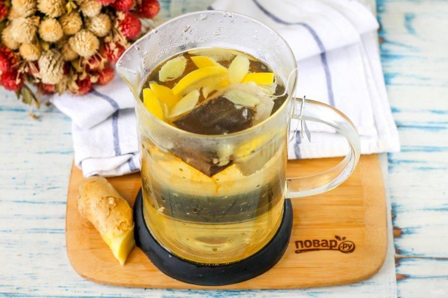Вскипятите воду и залейте кипяток в чайник. Закройте емкость крышкой и дайте настояться около 5-10 минут, не забыв извлечь чайный пакетик, когда он окрасит жидкость и придаст ей аромат.