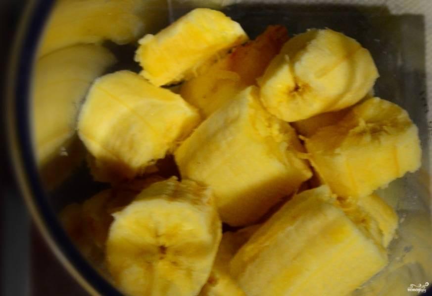 3. Отдельно измельчаем в блендере бананы и добавляем к нашему тесту.