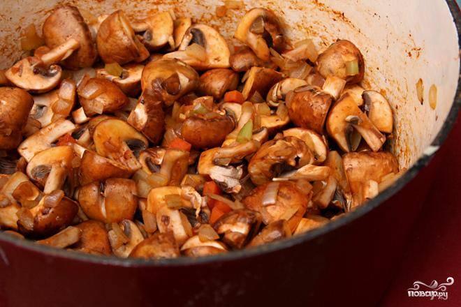 2. В большой кастрюле разогреть оливковое масло на среднем огне. Добавить лук и морковь, жарить, помешивая, пока лук не начнет приобретать коричневый цвет по краям, около 8 минут. Добавить чеснок и томатную пасту, жарить, постоянно помешивая, до появления аромата, около 30 секунд. Добавить грибы кремини и готовить, помешивая, пока они не выпустят жидкость, 3-5 минут. Увеличить огонь и жарить, пока грибы не начнут темнеть, около 10 минут.
