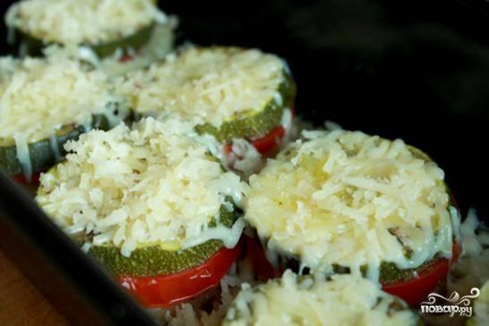 В самом конце горячие овощи посыпаем тертым сыром. Подавать к столу можно как в горячем, так и в холодном виде.