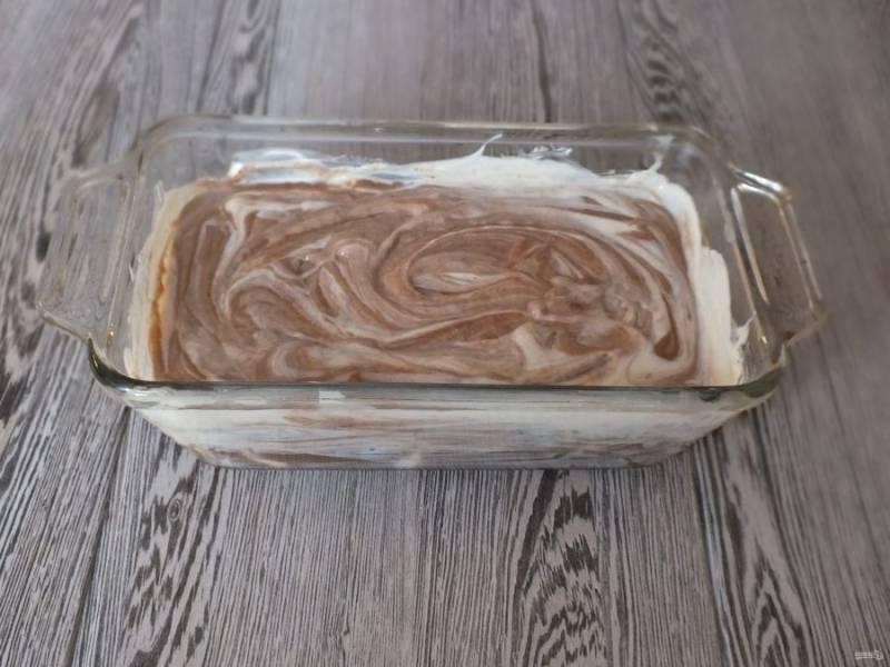 С помощью ложки перемешайте движением вверх-вниз, но не до однородного состояния. Разогрейте духовку до 180 градусов. Поставьте выпекаться пирог на 1 час.