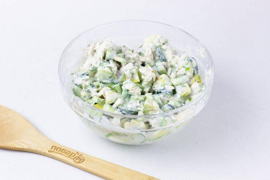 Заправьте салат соусом и хорошенько перемешайте. При необходимости посолите. Дайте салату пропитаться соусом 15-20 минут.