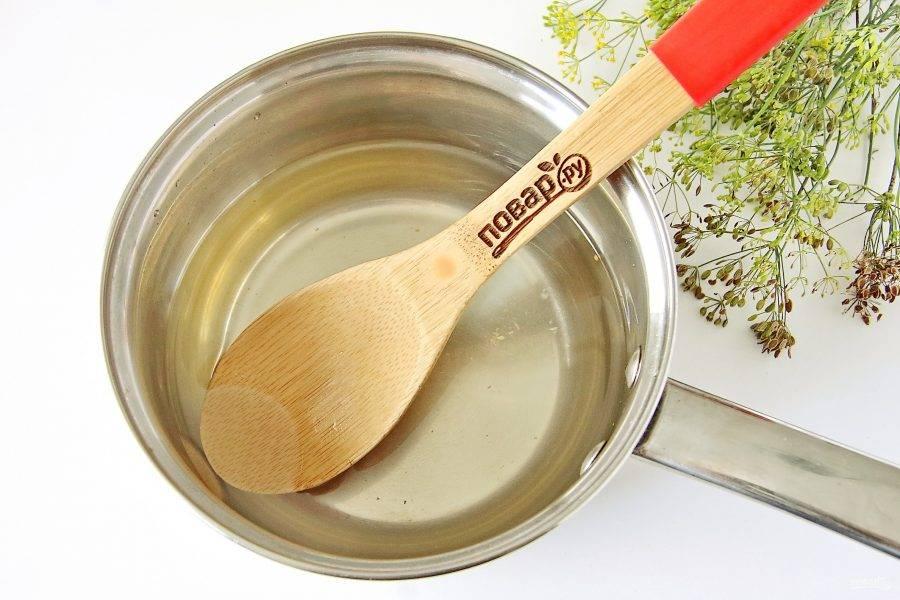 Затем воду слейте, добавьте сахар, соль и помешивая доведите до кипения. В самом конце влейте уксус.