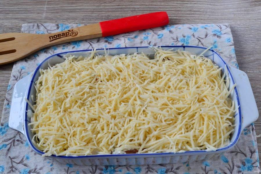 Обильно присыпьте все натертым на мелкой терке сыром и отправьте в духовку, разогретую до 200 градусов на 25-35 минут.