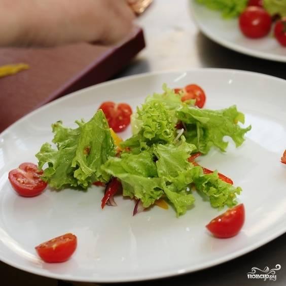 Выкладываем заправленный салат в центр тарелки.
