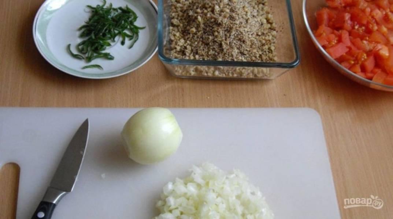 Мелким кубиком порежьте помидоры, измельчите орехи. Нашинкуйте мелко лук и острый перец.