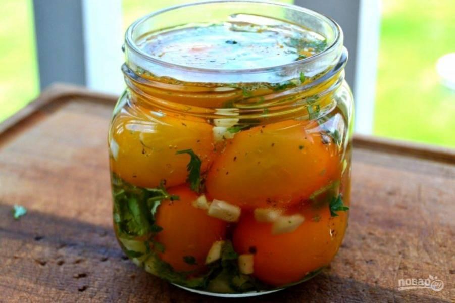 7.Залейте помидоры в банке приготовленным маринадом и отправьте в холодильник на 8-10 часов.