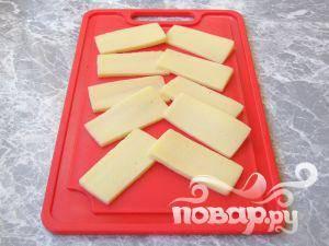 Нарезать сыр на тонкие ломтики.