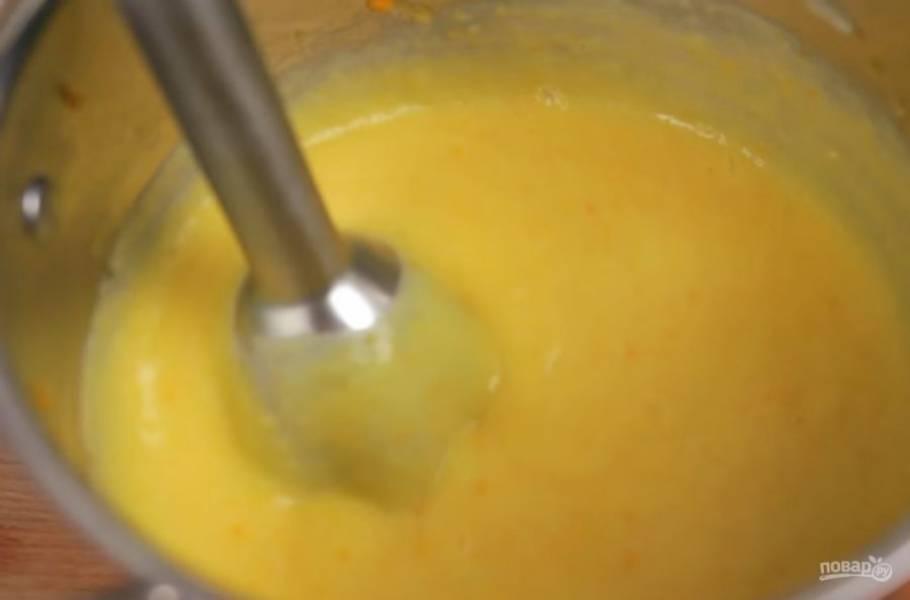 2. После этого добавьте мелко нарезанный картофель, немного куриного бульона и тушите до мягкости картофеля. Когда картофель будет готов, измельчите овощи погружным блендером до состояния однородного пюре.