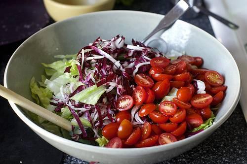 Добавьте все овощи в миску.