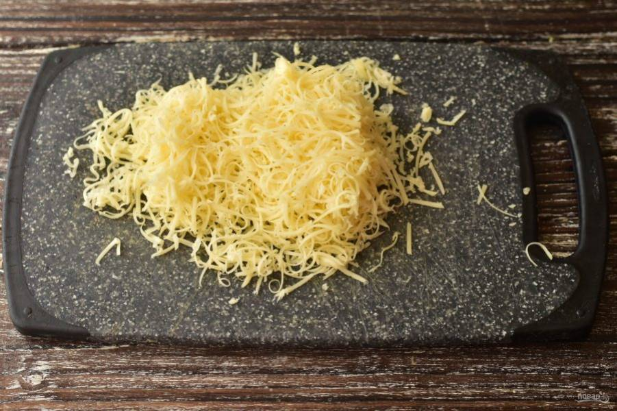 Натрите на мелкой терке твердый сыр.