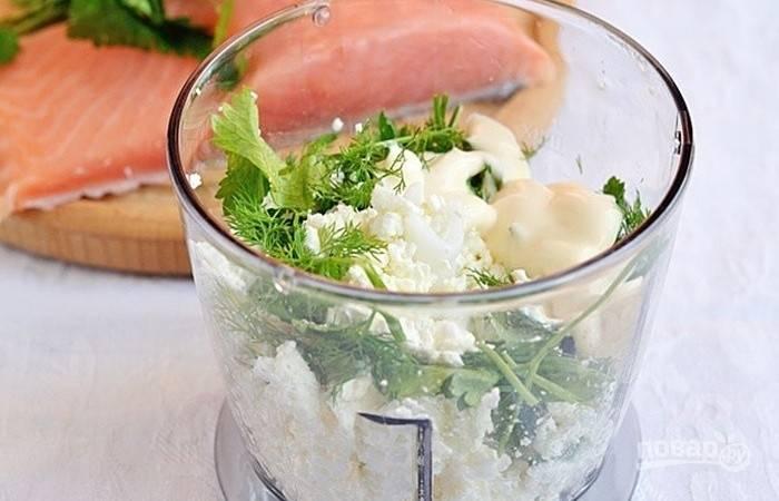 В блендере сделайте начинку. Взбейте вместе творог с солью, зеленью и сметаной.