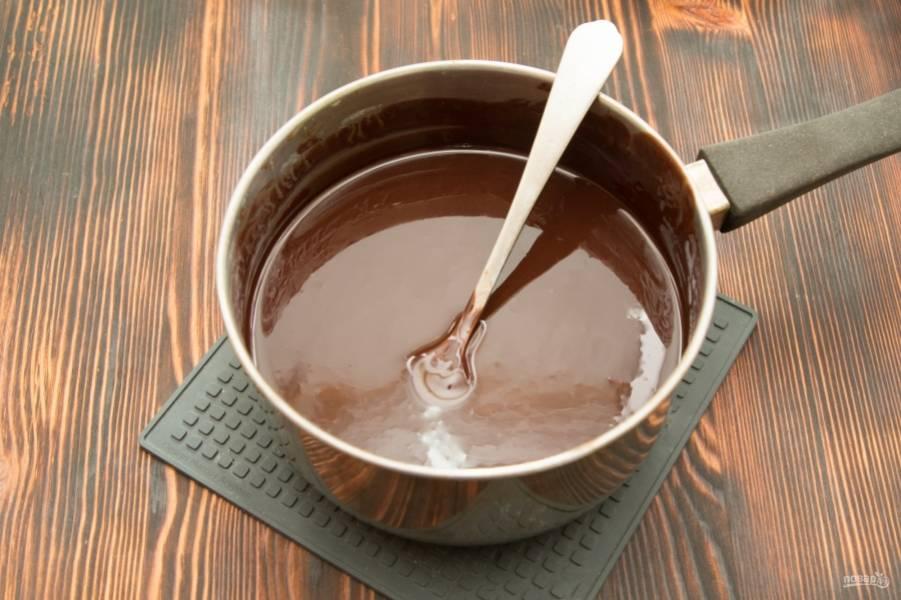 Поставим духовку разогреваться на 180 градусов. Порубим шоколад и сливочное масло в ковшик, и растопим на медленном огне.