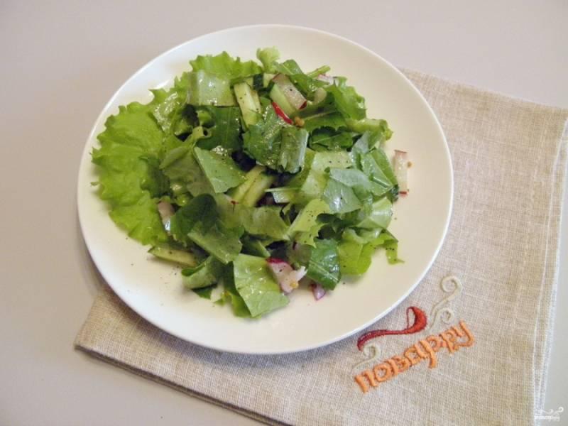 Выложите салат на тарелочку горкой, подайте его к столу. Приятного аппетита!