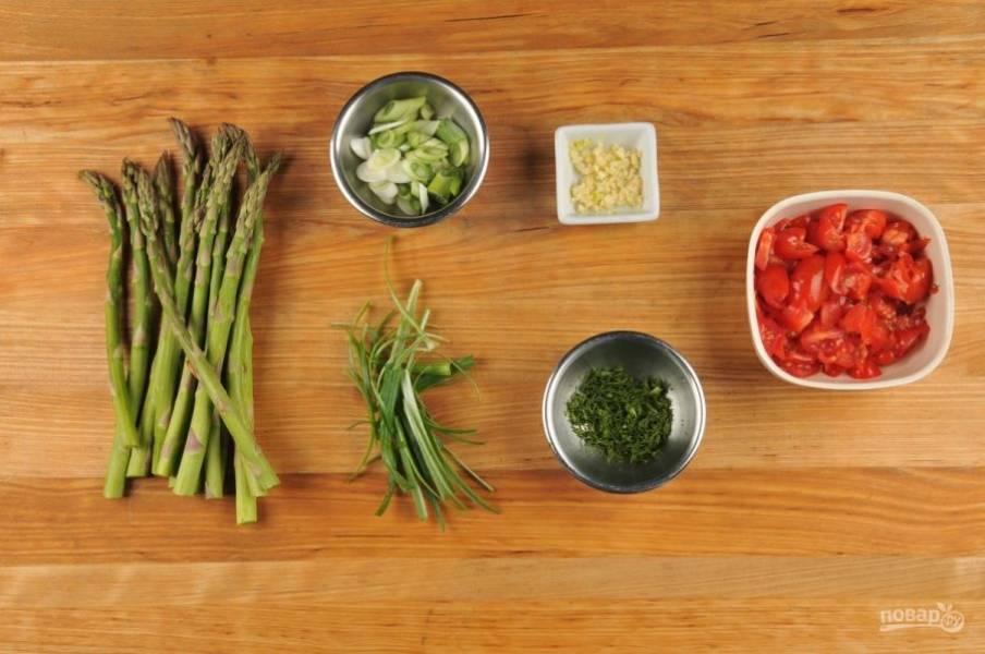 1. Подготовьте ингредиенты. Мелко нашинкуйте чеснок и укроп. Белую часть лука нашинкуйте по диагонали, а зеленую – тонкими полосками. Помидоры разделите на четвертинки.