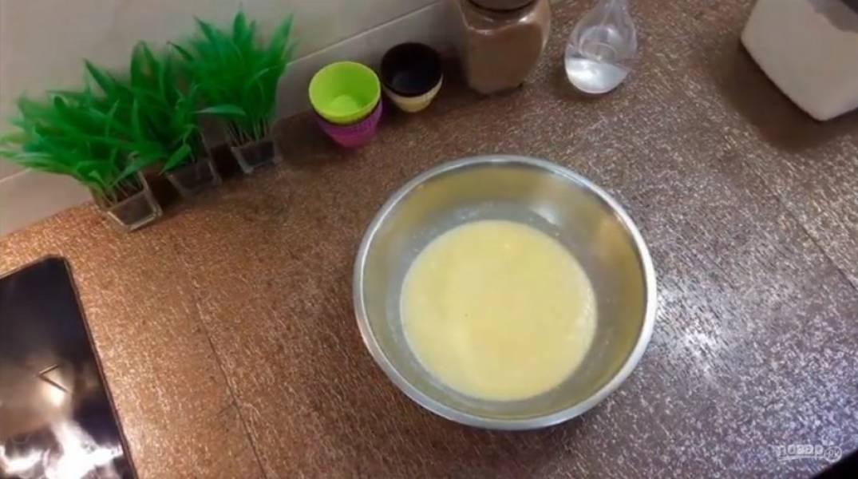 2. Далее добавьте соду и погасите ее уксусом. Добавьте щепотку соли и просеянную муку, но следите, чтобы консистенция была правильной, чтобы кексы не опали и получились мягкими после выпекания.
