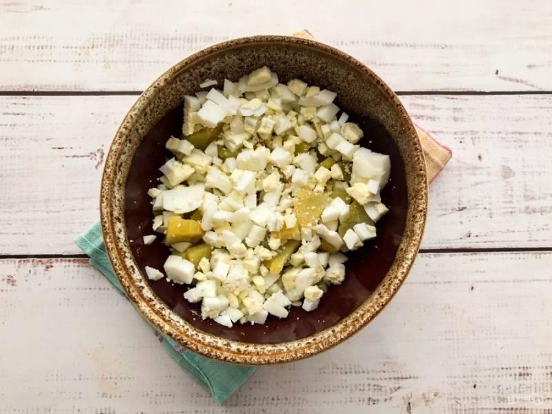 Яйца варите 7-8 минут после закипания воды. Очистите вареные яйца от скорлупы, нарежьте и добавьте к картофелю.