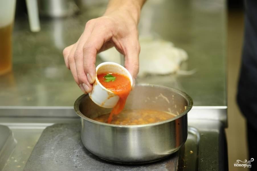 Затем добавляем томатную пасту.