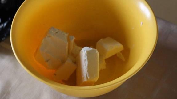1. Растираем сливочное масло (или натираем его на крупной терке). Добавляем сахар, начинаем замешивать тесто.