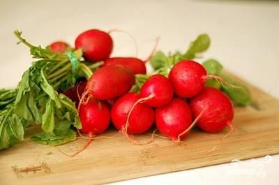 Вот такая редисочка мне досталась для салата:) Срезаем ботву и моем корнеплоды.