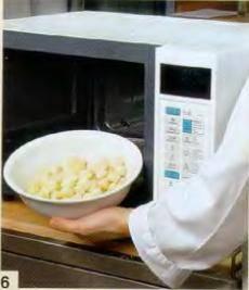 Переложить хлебные кубики в посуду для микроволновой печи, поставить в печь и готовить 2 мин при 100% Разлить суп по тарелкам, отдельно подать горячие крутоны.